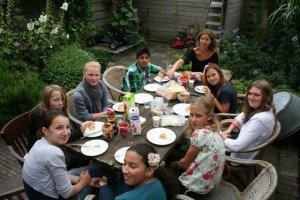 Van linksonder, rechtsom rond de tafel: Sara, Kimberly, Renske, Elvis, Adinda, Anique, Cyrilla, Anne en Anissa. Lunch in de tuin! (Verboden Toegang 2011)