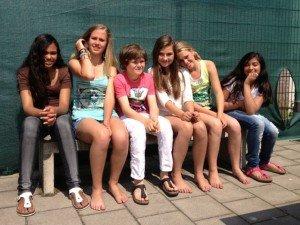 vlnr: Naomi, Anne, Tristan, Anique, Kim, Vanisa. Groepsfoto na de opname van Grenzeloos (2013).