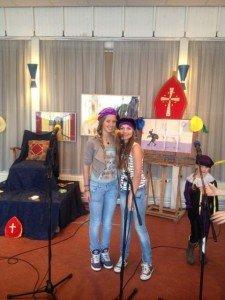 Anne & Anique doen ook mee met ons Sinterklaas project. (Dec. 2013)